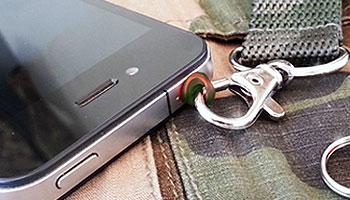 イヤホンジャックに装着するストラップホールPluggy Lock